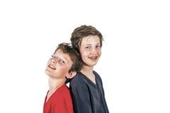 Portrait de deux garçons se tenant de nouveau au dos Image stock