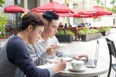 Portrait de deux gens d'affaires asiatiques se réunissant dans un café Images stock