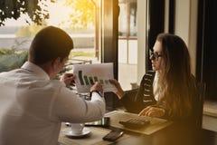 Portrait de deux gens d'affaires discutant le nouveau projet dans le café Plan rapproché images libres de droits