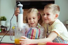 Portrait de deux heureux et de petits enfants mignons qui ayant l'amusement Photos stock