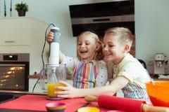 Portrait de deux heureux et de petits enfants mignons qui ayant l'amusement Photo libre de droits