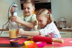 Portrait de deux heureux et de petits enfants mignons qui ayant l'amusement Images stock