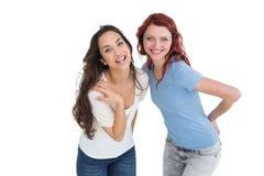 Portrait de deux jeunes amis féminins gais Photographie stock