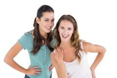 Portrait de deux jeunes amis féminins gais Images stock