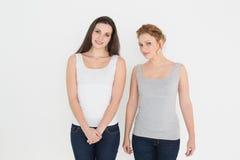 Portrait de deux jeunes amis féminins occasionnels Image stock