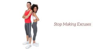 Portrait de deux jeunes femmes convenables avec des bras croisés Image stock