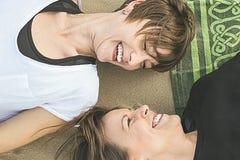 Portrait de deux jeunes filles souriant sur la plage Image stock