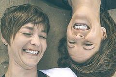 Portrait de deux jeunes filles souriant sur la plage Images libres de droits