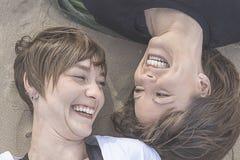 Portrait de deux jeunes filles souriant sur la plage Images stock