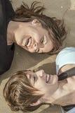 Portrait de deux jeunes filles souriant sur la plage Image libre de droits