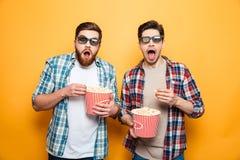 Portrait de deux jeunes hommes choqués Photographie stock libre de droits