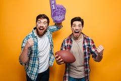 Portrait de deux jeunes hommes excités photo stock