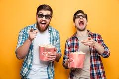 Portrait de deux jeunes hommes gais en verres 3d Images libres de droits