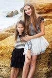 Portrait de deux jolies filles d'amis s'asseyant dessus Images libres de droits
