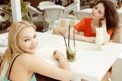 Portrait de deux jolis amis dans le boire de café Photos libres de droits
