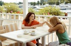 Portrait de deux jolis amis dans le boire de café et parler intérieurs Photographie stock libre de droits