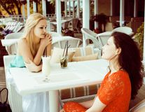 Portrait de deux jolis amis en café buvant et parlant, bru Photos libres de droits