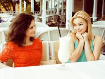 Portrait de deux jolis amis en café buvant et parlant, bru Photos stock