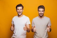 Portrait de deux meilleurs amis heureux de jeunes hommes images libres de droits
