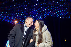Portrait de deux personnes dans l'amour Nouvelles années illumination et boke Photos libres de droits