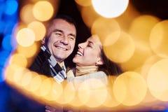 Portrait de deux personnes dans l'amour Nouvelles années illumination et boke Photo libre de droits