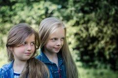 Portrait de deux petites filles mignonnes appréciant l'été dehors Photographie stock libre de droits