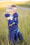 Portrait de deux petits garçons sur la plage Images stock