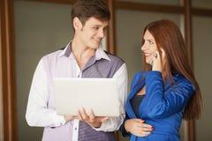 Portrait de deux professionnels regardant un écran d'ordinateur portable Image stock