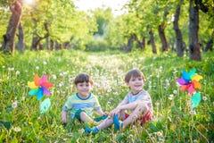 Portrait de deux smilin de garçons, d'enfants de mêmes parents, de frères et de meilleurs amis Photographie stock libre de droits