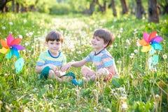 Portrait de deux smilin de garçons, d'enfants de mêmes parents, de frères et de meilleurs amis Photo libre de droits