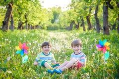 Portrait de deux smilin de garçons, d'enfants de mêmes parents, de frères et de meilleurs amis Image stock