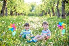 Portrait de deux smilin de garçons, d'enfants de mêmes parents, de frères et de meilleurs amis Photos libres de droits