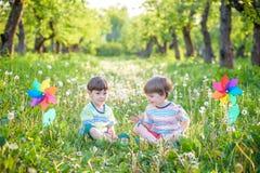 Portrait de deux smilin de garçons, d'enfants de mêmes parents, de frères et de meilleurs amis Photos stock