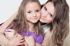 Portrait de deux soeurs d'amour de filles Photos stock