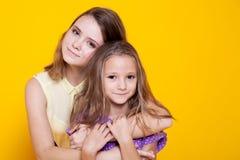 Portrait de deux soeurs d'amour de filles Photos libres de droits