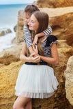 Portrait de deux soeurs féminines s'asseyant sur Photographie stock libre de droits