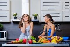 Portrait de deux soeurs jumelles ayant l'amusement le matin préparant le petit déjeuner Photo stock