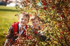 Portrait de deux sourires de garçons, de frères et de meilleurs amis Étreindre d'amis Photo stock