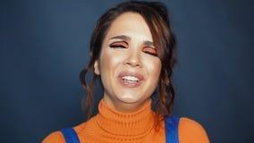 Portrait de différentes expressions du visage de différentes grimaces d'apparence femelle banque de vidéos