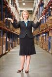 Portrait de directeur féminin In Warehouse Photos stock