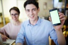 Portrait de directeur de sourire avec Smartphone Photographie stock libre de droits