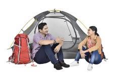 Portrait de discussion asiatique de couples devant la tente Image stock