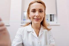 Portrait de docteur avec plaisir regardant directement l'appareil-photo photos stock
