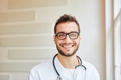 Portrait de docteur compétent photographie stock libre de droits