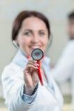 Portrait de docteur de femme au couloir d'hôpital, regardant l'appareil-photo Image libre de droits