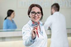 Portrait de docteur de femme au couloir d'hôpital, regardant l'appareil-photo Images stock