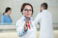Portrait de docteur de femme au couloir d'hôpital, regardant l'appareil-photo Photo libre de droits