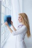 Portrait de docteur de jeune femme avec le stéthoscope et le rayon X image libre de droits