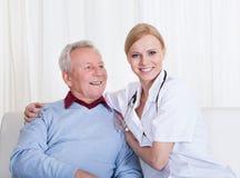 Portrait de docteur et de patient heureux Photo libre de droits
