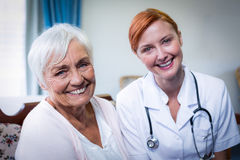 Portrait de docteur et de patient heureux photos libres de droits